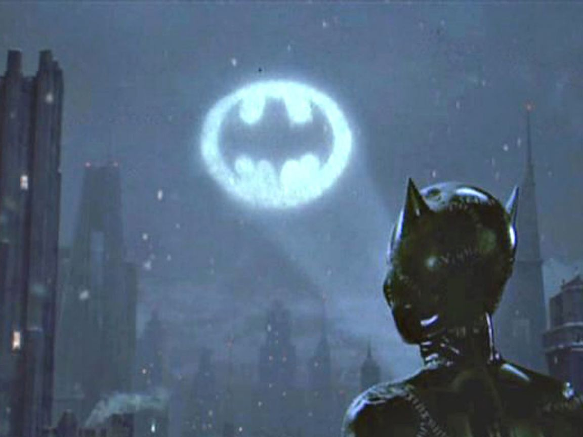 Catwoman Looks At Bat Signal Wallpaper 1152x864